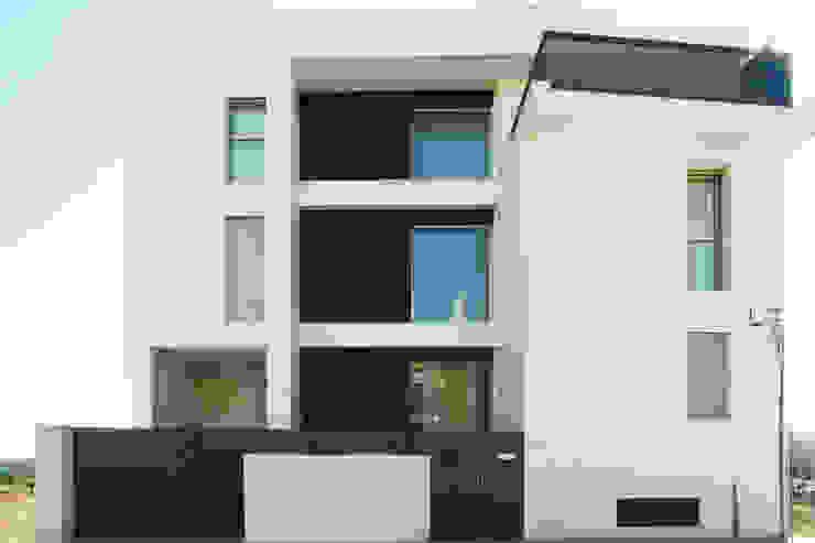 Fachada frontal. La Pobla. Chiralt Arquitectos. Casas de estilo minimalista de Chiralt Arquitectos Minimalista