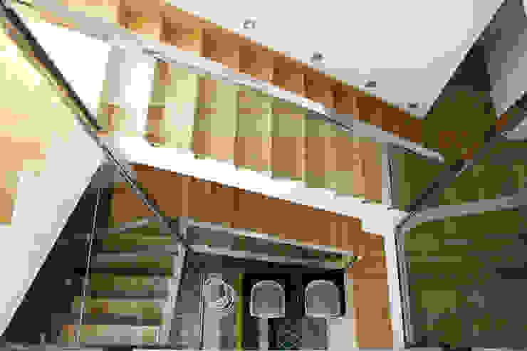 Vista picada de la escalera con dos cristaleras enfrentadas a modo de barandillas. La Pobla. Chiralt Arquitectos. Pasillos, vestíbulos y escaleras de estilo minimalista de Chiralt Arquitectos Minimalista