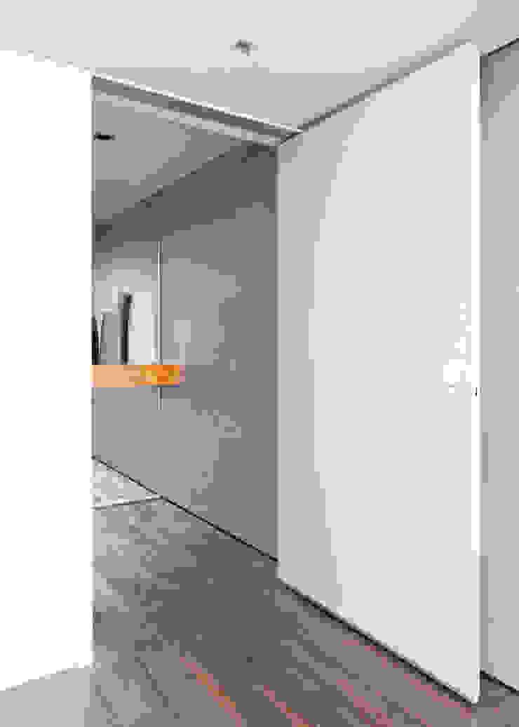 Minimal style window and door by Meireles Pavan arquitetura Minimalist