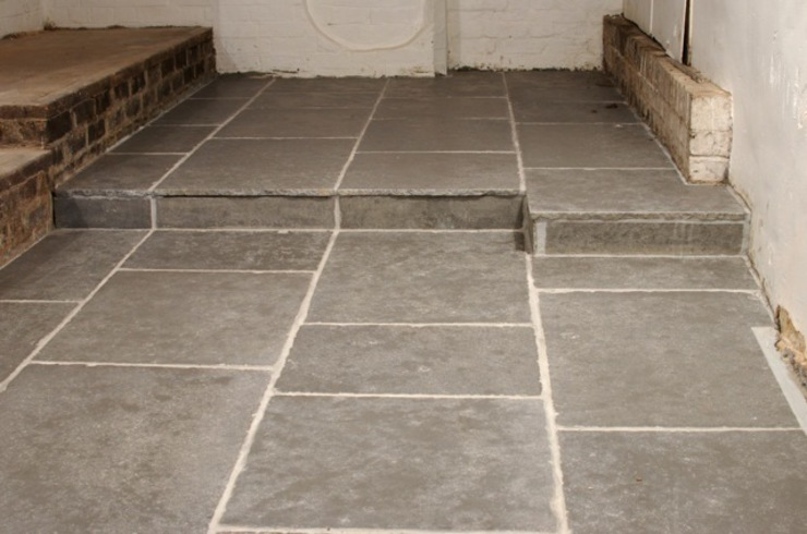Worn Grey Limestone Tường & sàn phong cách mộc mạc bởi Floors of Stone Ltd Mộc mạc