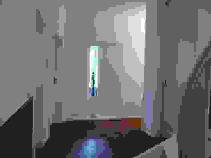 Pasillos, halls y escaleras minimalistas de Architekt Dipl.Ing. Udo J. Schmühl Minimalista