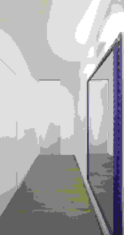 Minimalistyczny korytarz, przedpokój i schody od ristrutturami Minimalistyczny