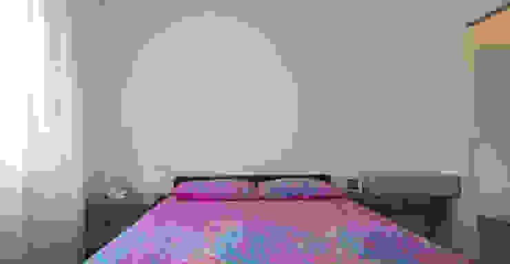 Minimalistyczna sypialnia od ristrutturami Minimalistyczny