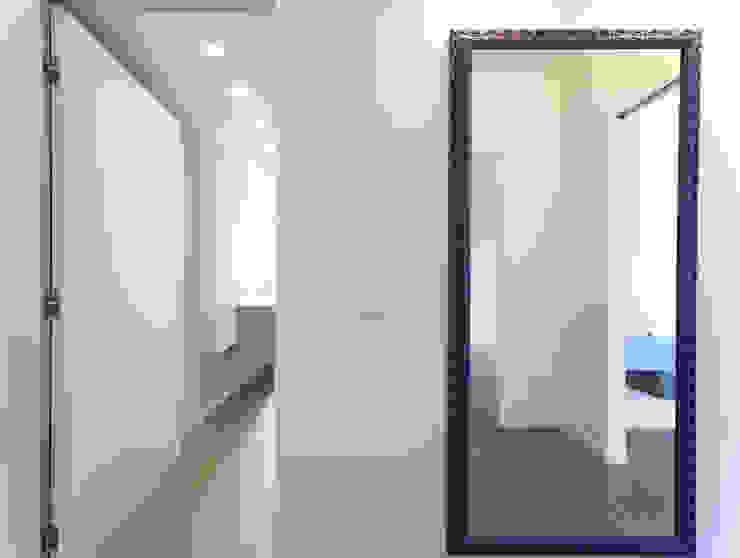 Hành lang, sảnh & cầu thang phong cách tối giản bởi ristrutturami Tối giản