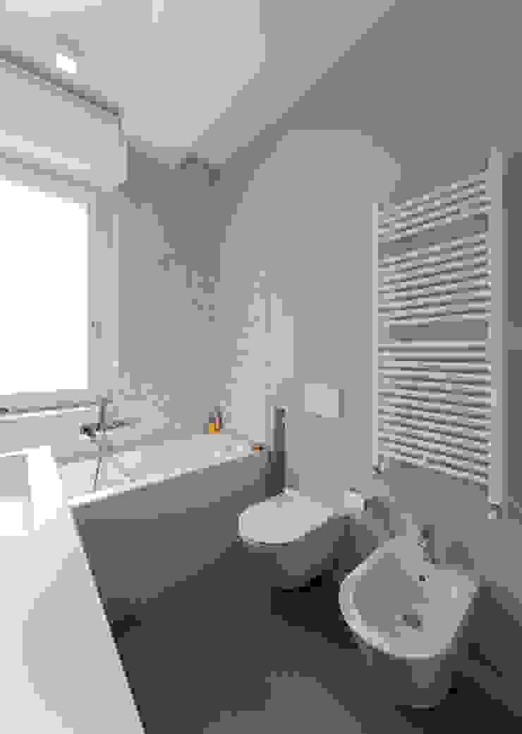 Minimalistyczna łazienka od ristrutturami Minimalistyczny