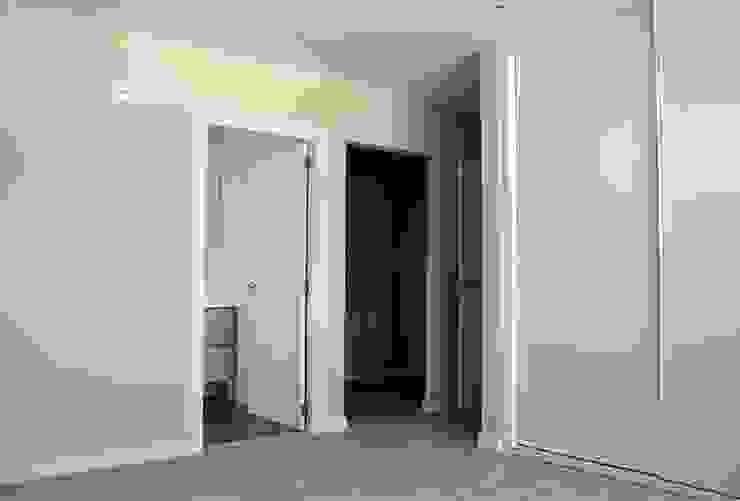Dormitorio principal, con baño y vestidor, de una Casa Cube de 150 metros cuadrados en L Dormitorios modernos de Casas Cube Moderno