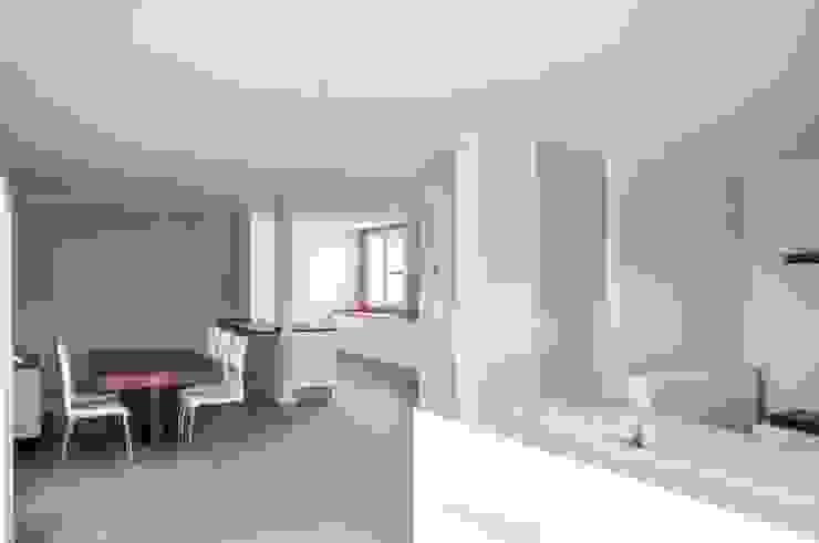 Espacio de salón comedor de una Casa Cube de 150 metros cuadrados en L Comedores modernos de Casas Cube Moderno