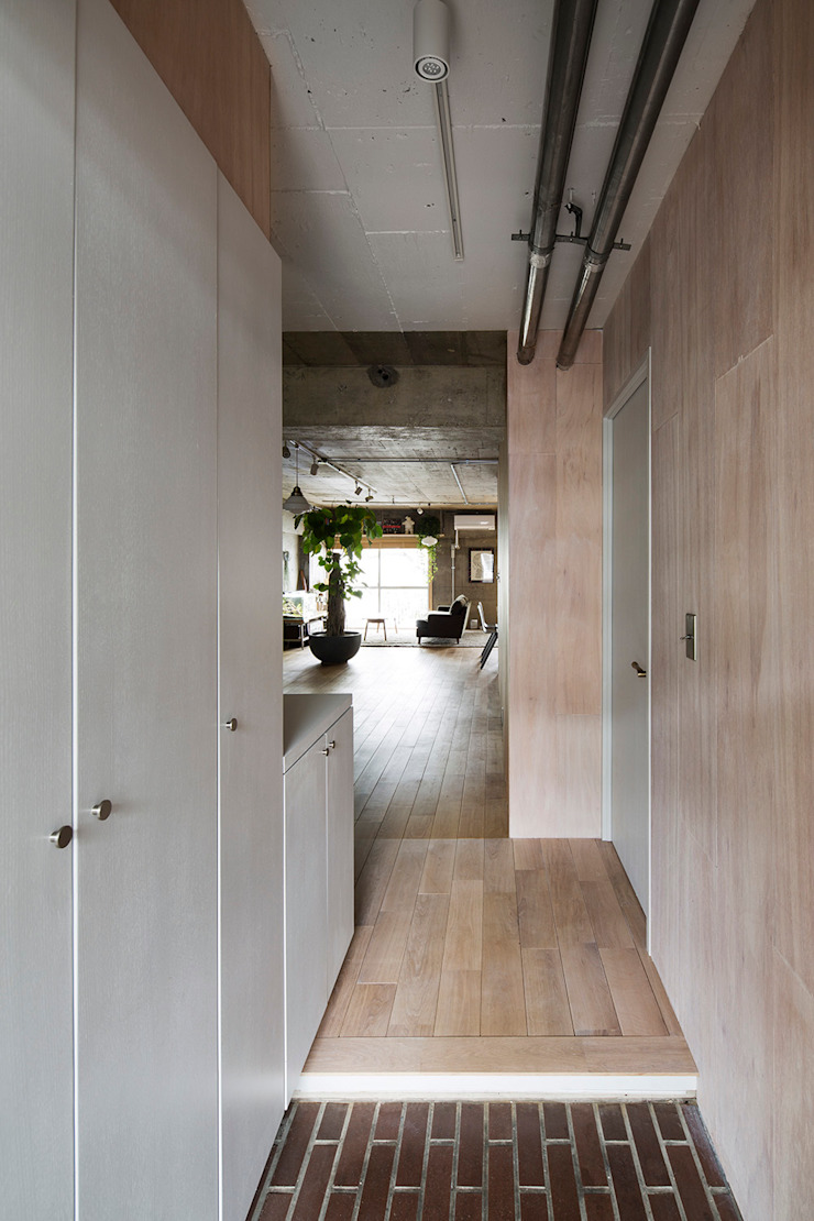 Eclectic style corridor, hallway & stairs by 松島潤平建築設計事務所 / JP architects Eclectic
