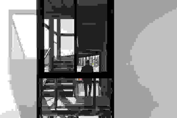 Corredores, halls e escadas industriais por Proyecto Cafeina Industrial