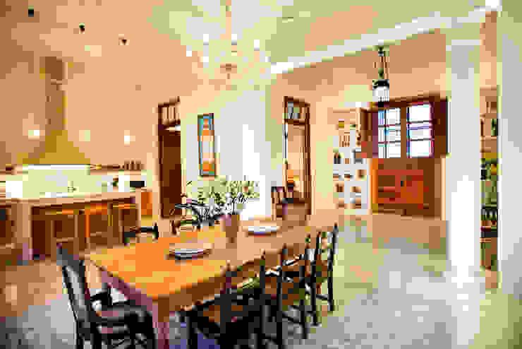 Taller Estilo Arquitectura Eclectic style corridor, hallway & stairs