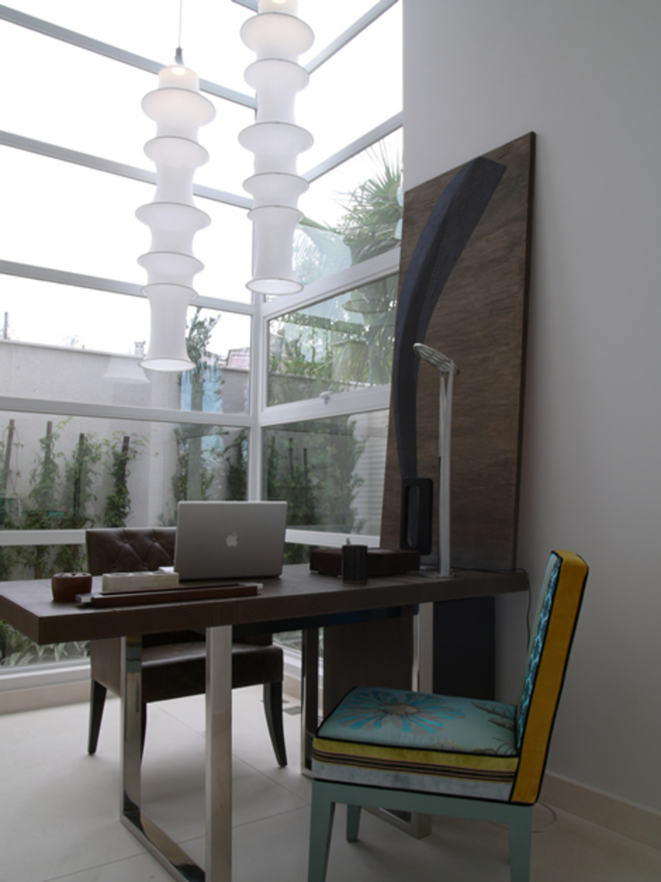 Modern study/office by Denise Barretto Arquitetura Modern