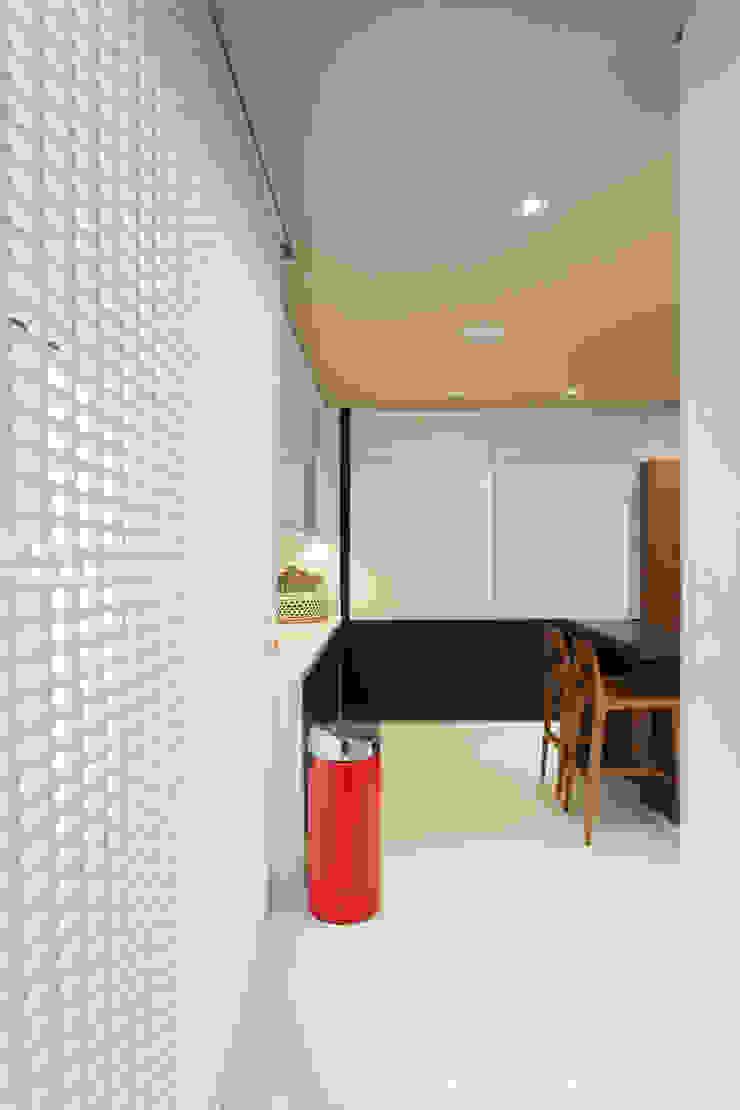 Couloir, entrée, escaliers modernes par Denise Barretto Arquitetura Moderne