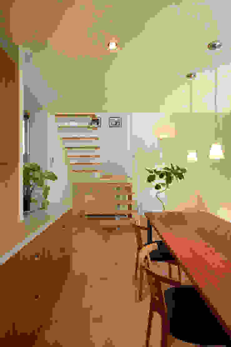 books and gardens キッチンから階段方向 モダンデザインの ダイニング の アーキシップス古前建築設計事務所 モダン