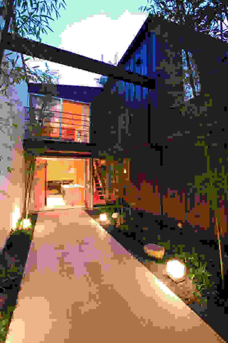 竹林風洞 夕景 モダンな庭 の アーキシップス古前建築設計事務所 モダン