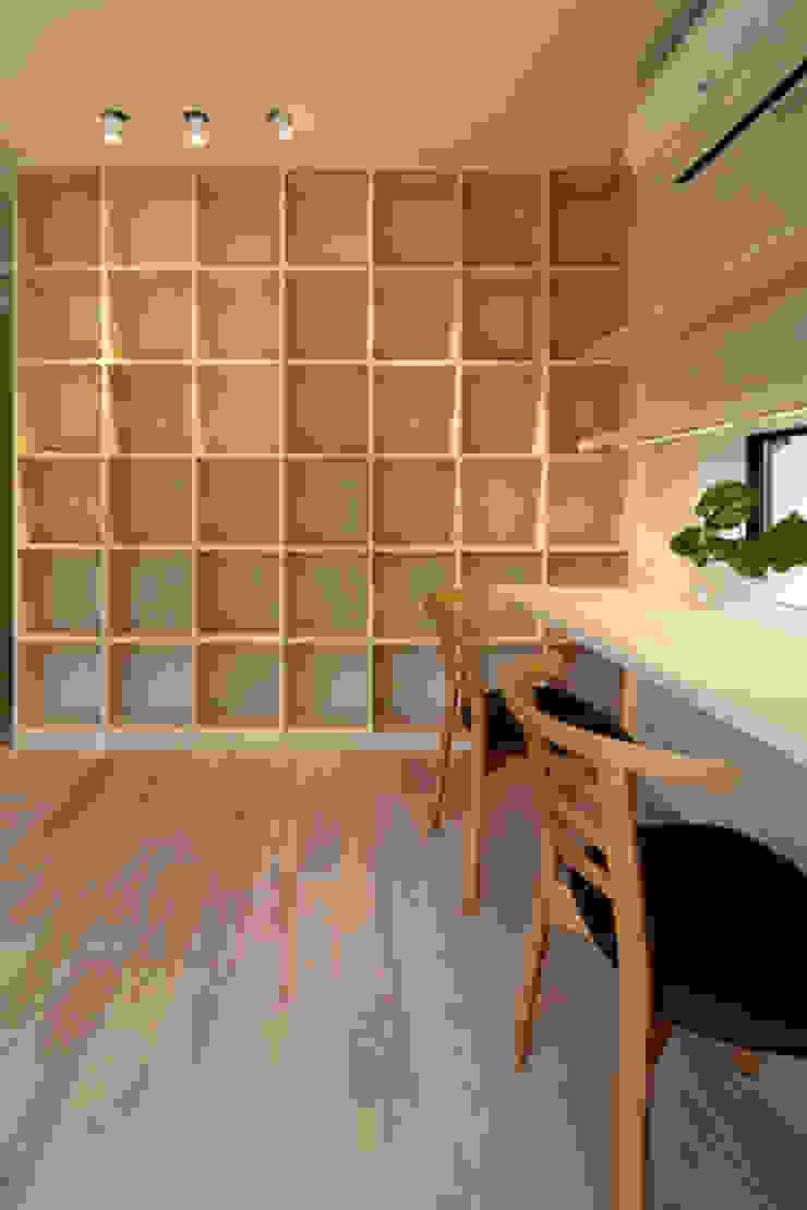 湖風の家 書斎本棚: アーキシップス古前建築設計事務所が手掛けた現代のです。,モダン