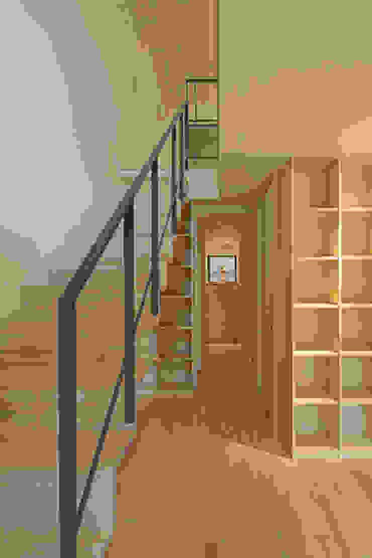 湖風の家 廊下 モダンスタイルの 玄関&廊下&階段 の アーキシップス古前建築設計事務所 モダン
