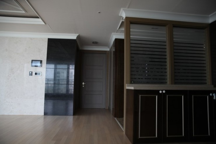 거실 벽면과 도어 (Before): 1204디자인의 현대 ,모던