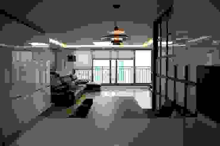 주방에서 바라본 거실 (After): 1204디자인의 현대 ,모던