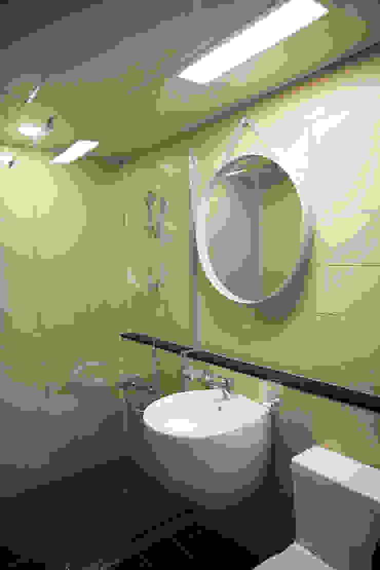 욕실 (After): 1204디자인의 현대 ,모던