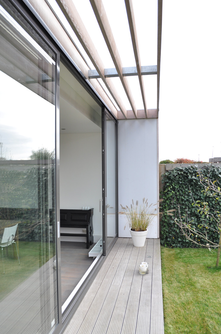 Moderne uitbreiding woning Spanbroek Moderne balkons, veranda's en terrassen van Nico Dekker Ontwerp & Bouwkunde Modern