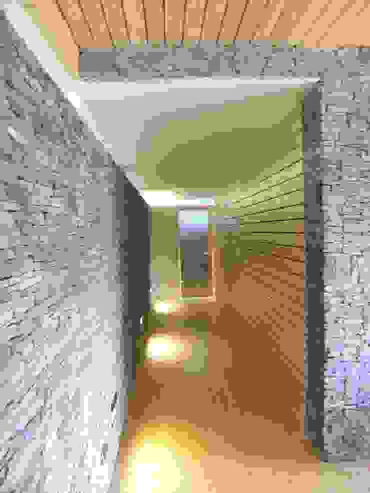 Domki w Dzikowie Nowoczesny korytarz, przedpokój i schody od M. i A. DOMICZ Nowoczesny