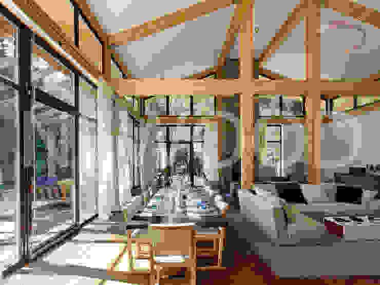"""Дом """"Woodlark"""" - комбинированные конструкции: Столовые комнаты в . Автор – NEWOOD - Современные деревянные дома,"""
