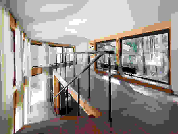"""Дом """"Woodlark"""" - комбинированные конструкции: Коридор и прихожая в . Автор – NEWOOD - Современные деревянные дома,"""