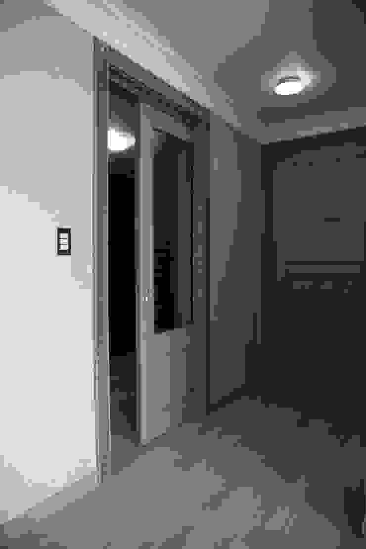 드레스룸 입구 (Before): 1204디자인의 현대 ,모던