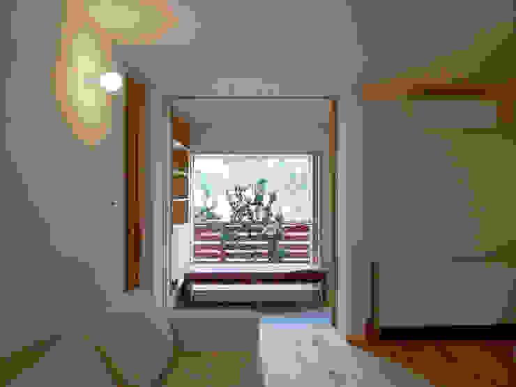 住宅街に建つ穏やかな家 モダンデザインの リビング の FAD建築事務所 モダン