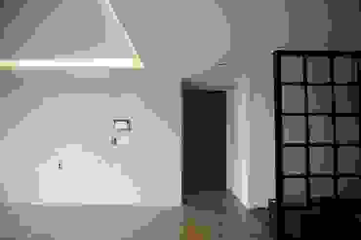 거실 벽면과 도어 (After): 1204디자인의 현대 ,모던