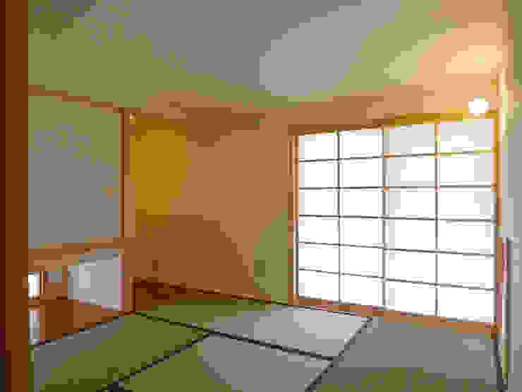 住宅街に建つ穏やかな家 モダンスタイルの寝室 の FAD建築事務所 モダン