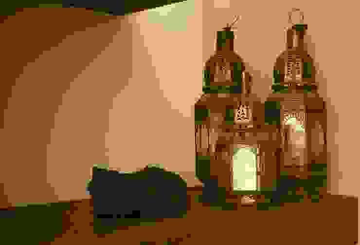 Antiche lanterne marocchine. Piano in legno trattato a piombo color grigio antracite. di homify Moderno