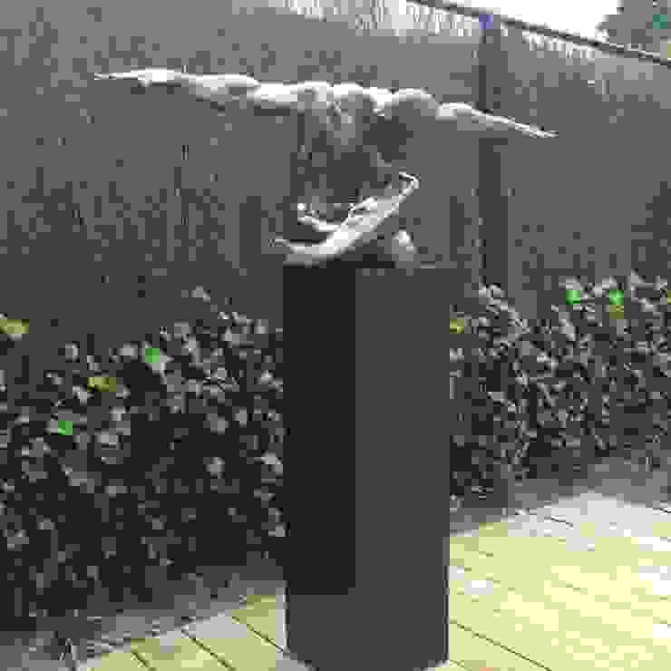 Terrazzo sokkel voor indrukwekkend kunstwerk. Moderne tuinen van Solits Modern