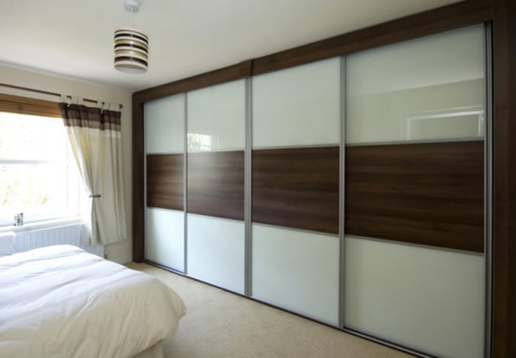 CAPITAL Sliding door wardrobe di homify Moderno