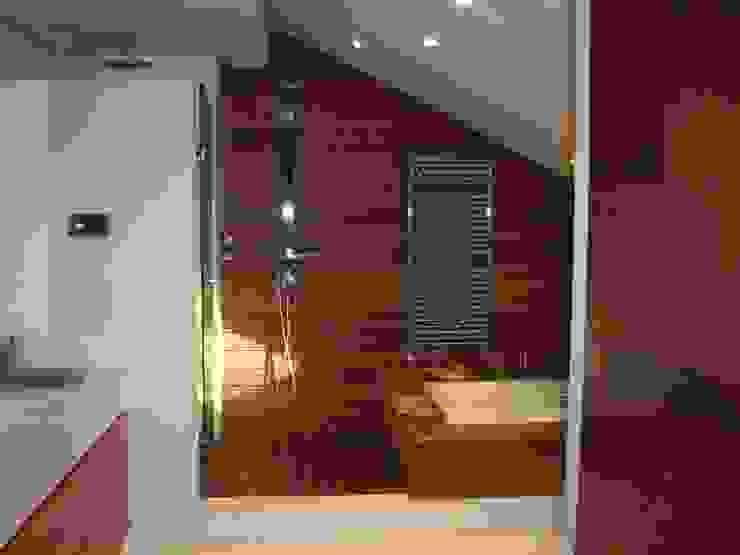 Vista del baño con bañera y ducha. Suelo de madera. Baños de estilo moderno de DE DIEGO ZUAZO ARQUITECTOS Moderno