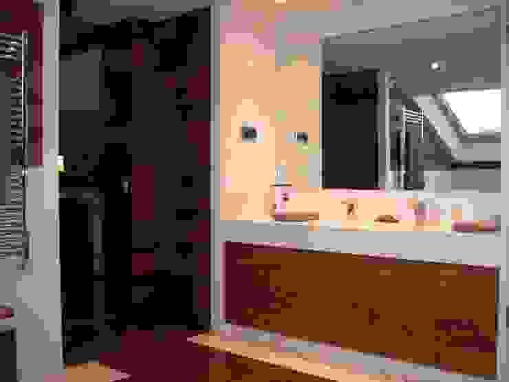 Diseño de mueble de baño. Baño en madera y piedra caliza Baños modernos de DE DIEGO ZUAZO ARQUITECTOS Moderno