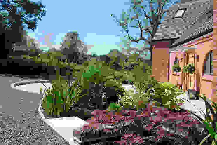 Driveway and entrance Lush Garden Design Modern garden