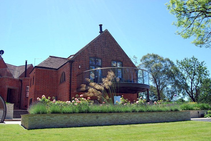Veranda and feature raised planter Lush Garden Design Modern garden