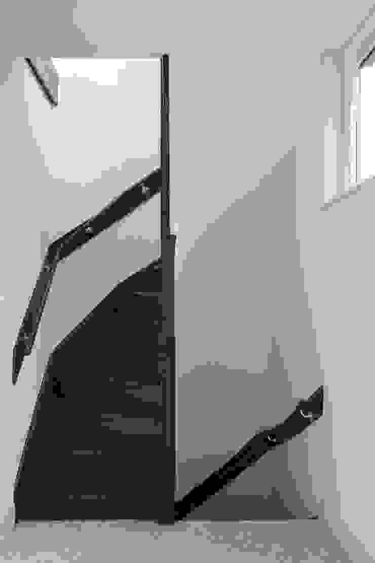 Royaal Boven Wonen Minimalistische gangen, hallen & trappenhuizen van Studio LS Minimalistisch