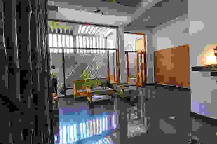 Shanthi Priya Residence at Uthandi, Chennai Minimalist living room by Muraliarchitects Minimalist