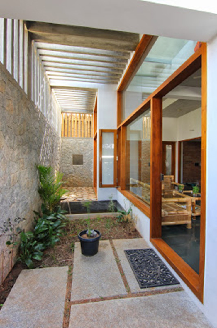 Shanthi Priya Residence at Uthandi, Chennai Minimalist balcony, veranda & terrace by Muraliarchitects Minimalist