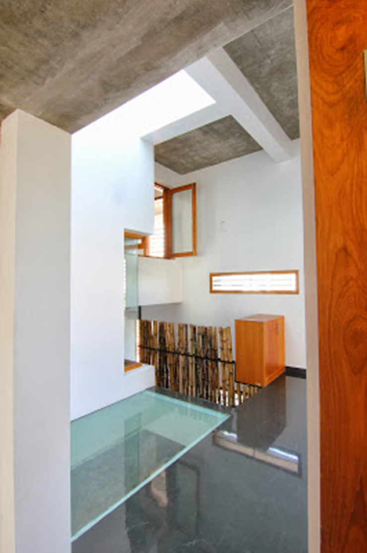 Shanthi Priya Residence at Uthandi, Chennai Minimalist corridor, hallway & stairs by Muraliarchitects Minimalist
