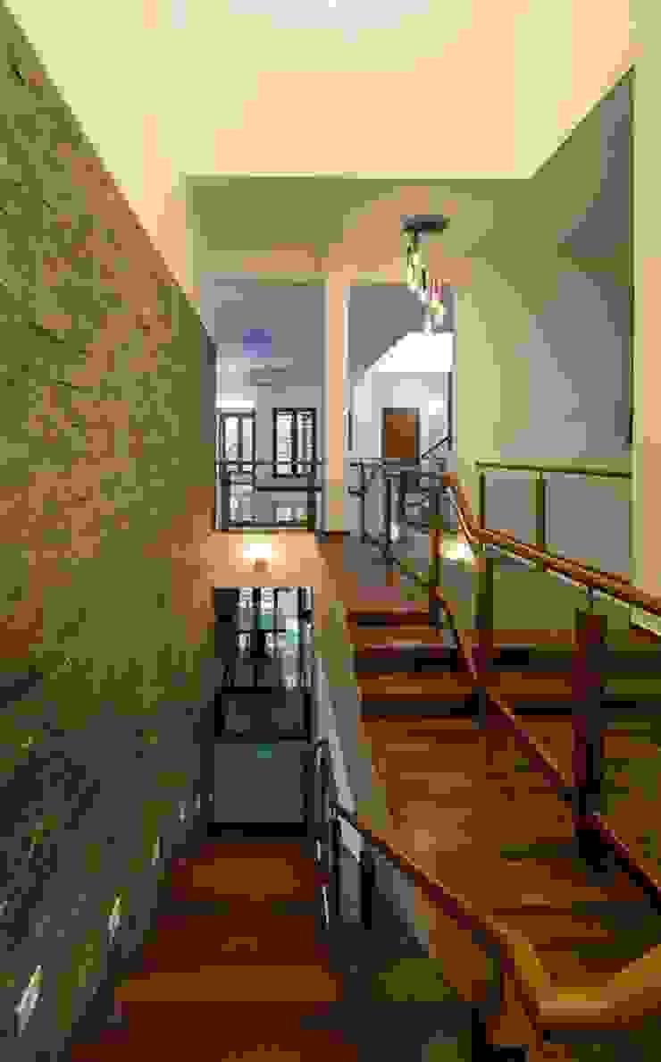Mrs.&Mr. REKHA THANGAPPAN RESIDENCE AT JUHU BEACH, KAANATHUR, EAST COAST ROAD, CHENNAI Modern corridor, hallway & stairs by Muraliarchitects Modern