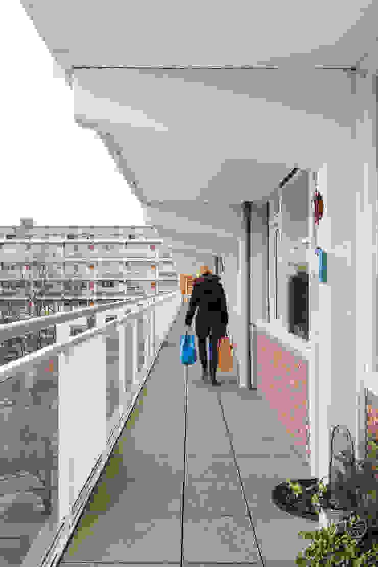 Studio LS Minimalist corridor, hallway & stairs