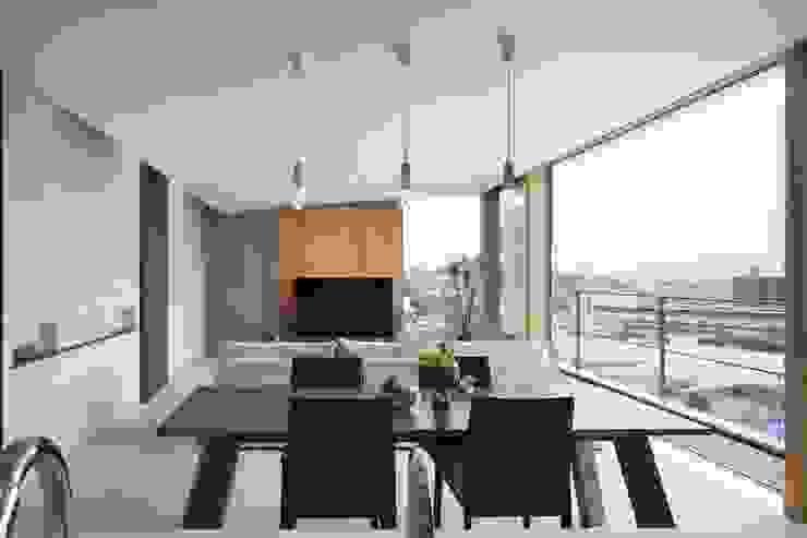 Salones modernos de プラスアトリエ一級建築士事務所 Moderno