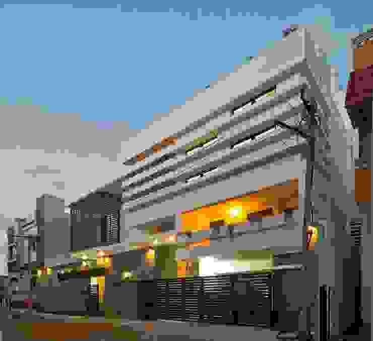 mr sajeev kumar s residence at girugambakkam, near m.i.o.t hospital, chennai ,tamilnadu Modern houses by Muraliarchitects Modern