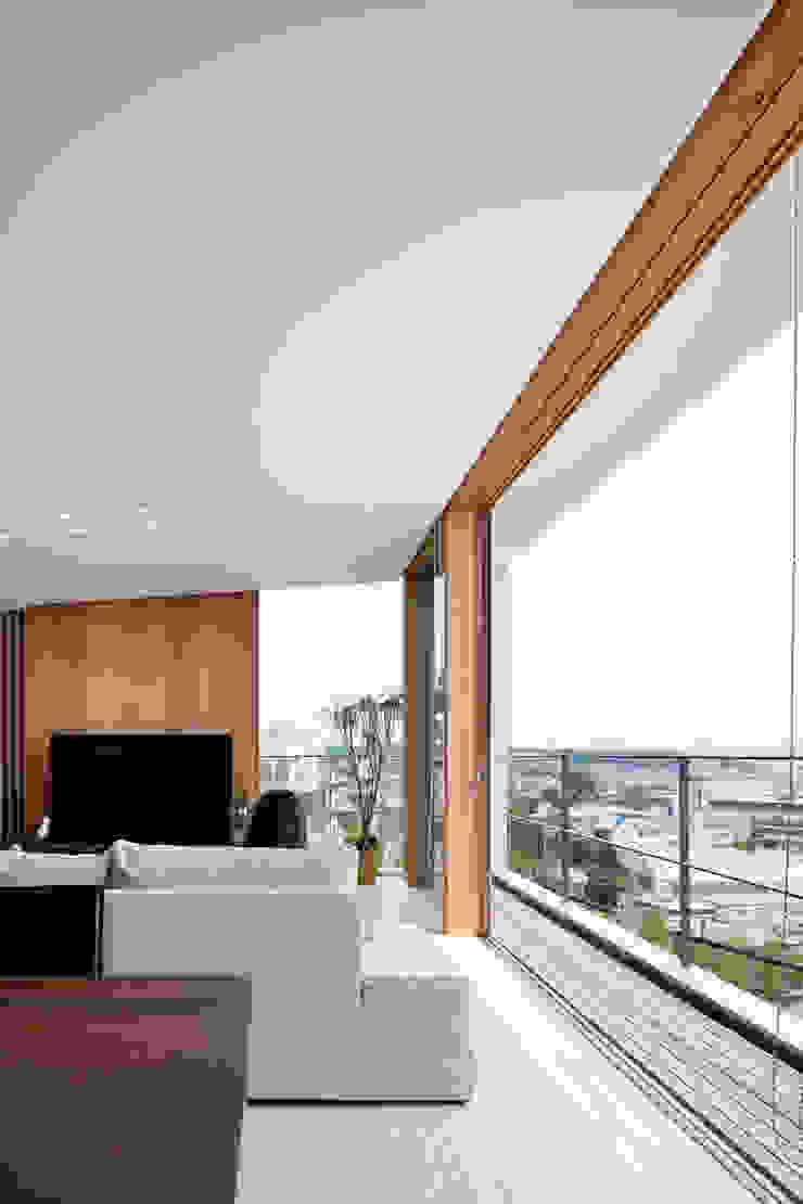 HILL HOUSE モダンデザインの リビング の プラスアトリエ一級建築士事務所 モダン