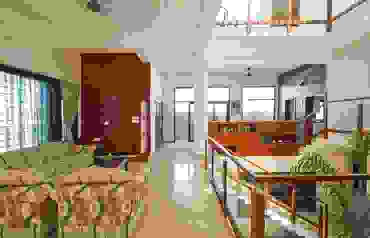 mr sajeev kumar s residence at girugambakkam, near m.i.o.t hospital, chennai ,tamilnadu Modern living room by Muraliarchitects Modern