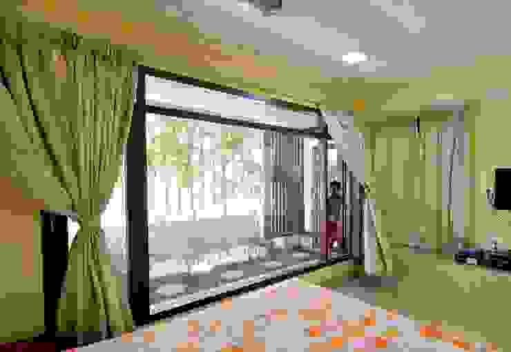 mr sajeev kumar s residence at girugambakkam, near m.i.o.t hospital, chennai ,tamilnadu Modern style bedroom by Muraliarchitects Modern