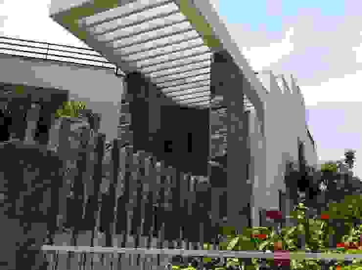 DR.BALAMURUGAN RESIDENCE Modern houses by Muraliarchitects Modern